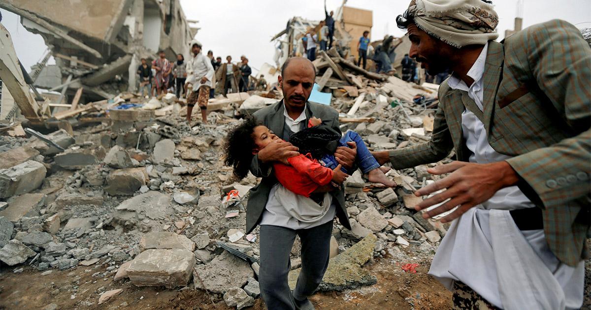 cee13d80bf Una bambina estratta viva in Yemen dopo un bombardamento aereo. Foto:  Reuters