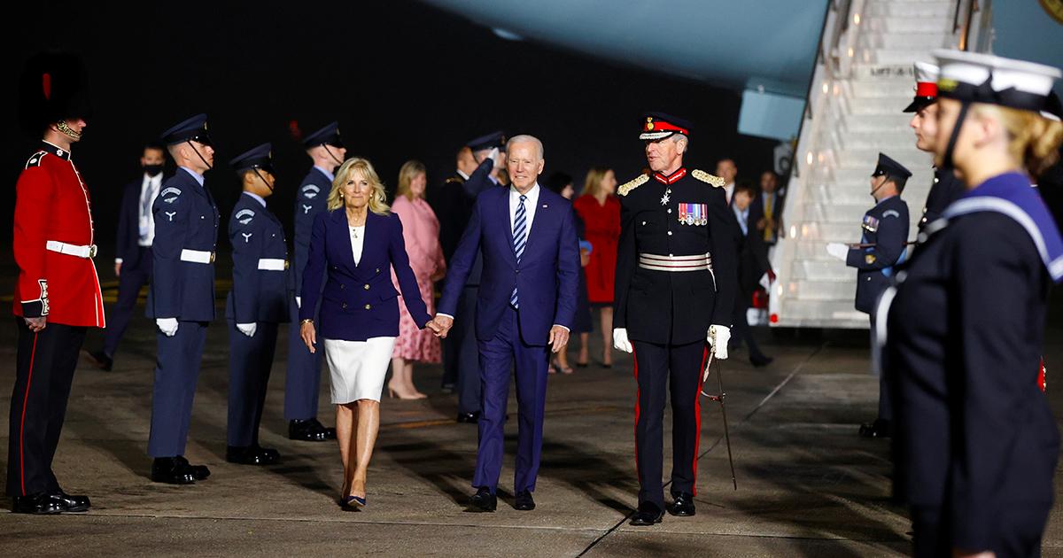 la First Lady e il presidente degli Stati Uniti al loro arrivo in UK per il vertice G7. Foto: Reuters