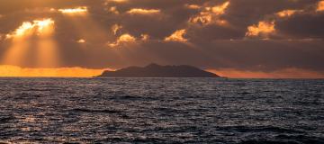 Noi talora abitiamo le isole con la mente e con il corpo, ma cos'è un'isola?