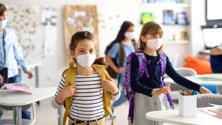bambini a scuola con mascherine