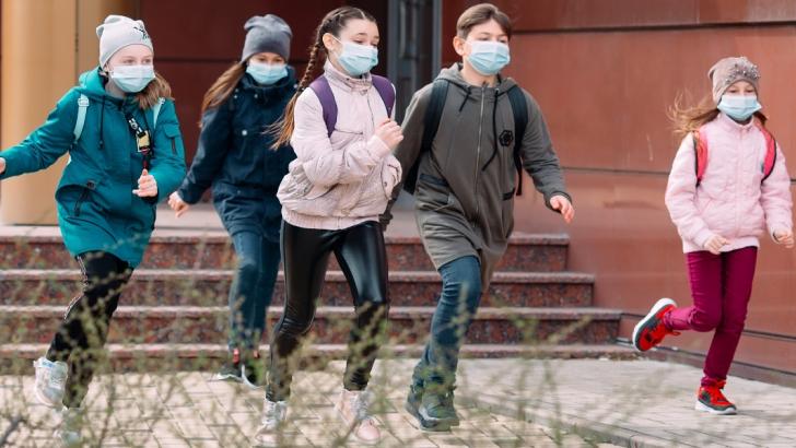 bambini all'uscita da scuola