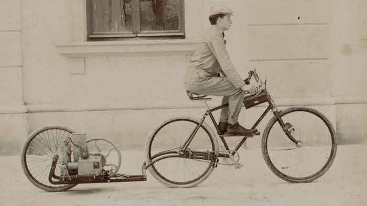 Enrico Bernardi con la bicicletta a motore