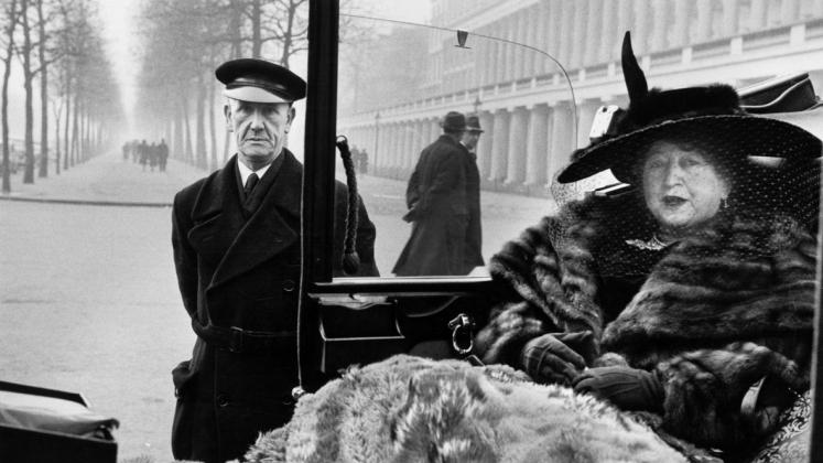 Inge Morath, Eveleigh NASH a Buckingham Palace, Londra, 1953. ©Fotohof archiv/Inge Morath/ Magnum Photos